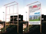 Bauschildanlage mit Aluminium-Konstruktion und Beleuchtung